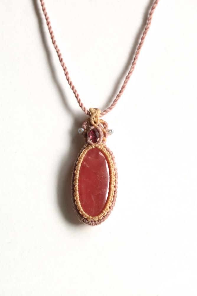画像1: ロードクロサイトとガーネット&ケシ真珠ビーズのマクラメペンダント Liber minerals (1)